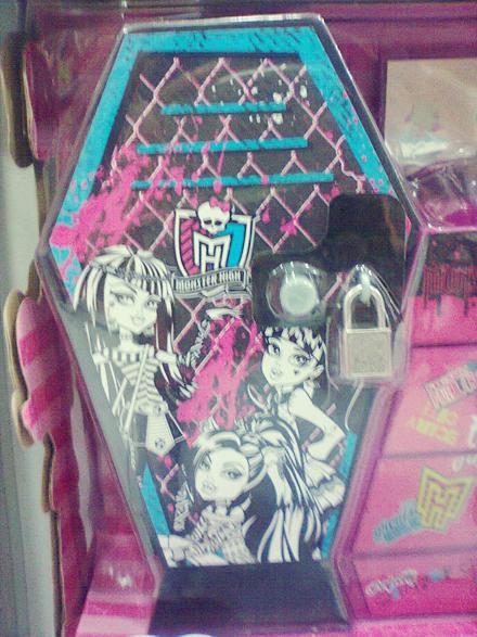 """Detalhe do """"Armário Monstruoso"""" com a Cleo de Nile canto esquerdo. Monster High. Foto: Márcia Sandrine. 2013."""