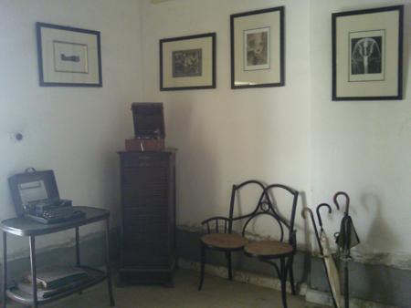 Uma das salas de Howard Carter em sua casa em Luxor. Disponível em . Acesso em 06 de outubro de 2013.