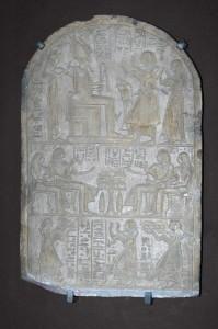 Estela de pedra de Iuny e Renut representando Khay na parte inferior realizando uma oferenda juntamente a um escriba. Imagem disponível em . Acesso em 25 de fevereiro de 2013.