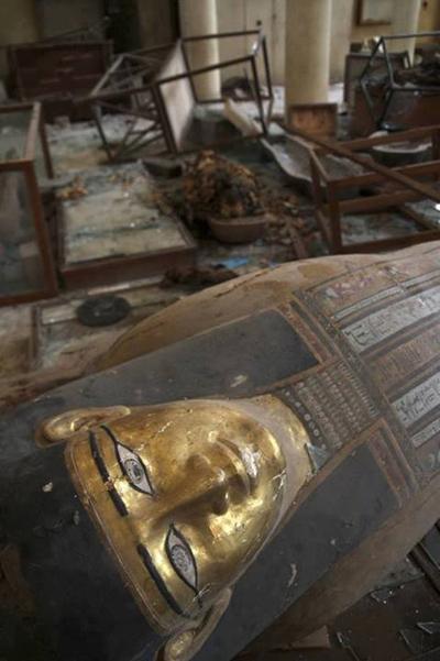 Sarcófago de madeira jogado no chão após invasão ao Museu Nacional de Mallawi. Foto: Marwa Ahmed. Imagem disponível em < https://www.facebook.com/ photo.php?fbid=575852482453523&set =a.253473151358126.58859. 226475497391225&type =1&relevant_count=1011  >. Acesso em 17 de agosto de 2013.
