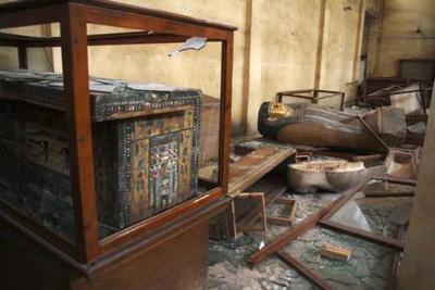 Artefatos danificados do Museu Nacional de Mallawi. Imagem disponível em . Acesso em 20 de agosto de 2013.