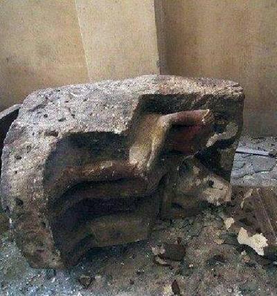 Artefato danificado do Museu Nacional de Mallawi. Imagem disponível em . Acesso em 20 de agosto de 2013.