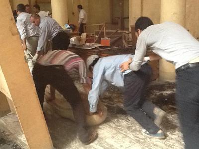 Remoção de alguns dos artefatos do Museu Nacional de Mallawi. Foto: Monica Hanna. Imagem disponível em . Acesso em 20 de agosto de 2013.