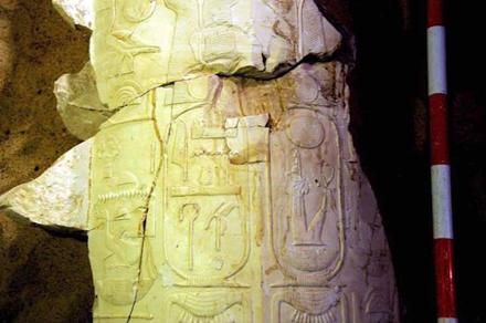 Fragmentos da coluna que apresentam a corregência. Proyecto Visir Amen-Hotep Huy.