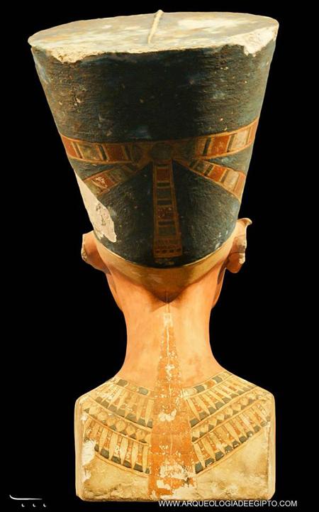 Costas do busto da rainha Nefertiti. Foto de Teresa Soria Trastoy.