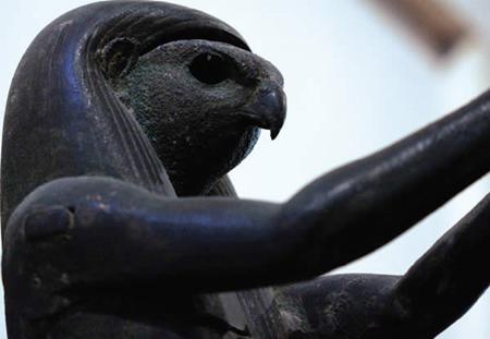 Imagem de Hórus disponível para visitação no Museu do Louvre. Fotografo: Desconhecido.