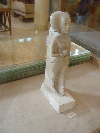 Estatueta de uma das filhas do faraó Akhenaton roubada do Museu de Mallawi em 14 de agosto de 2013. Imagem disponível em . Acesso em 14 de agosto de 2013.
