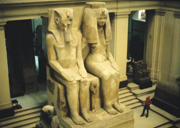Estátuas de Amenhotep III e Tiye. Salão principal do Museu Egípcio do Cairo. Retirado de: Chapter 20: Amenhotep the Magnificent. Disponível em: . Acesso em 12 de Janeiro de 2011.