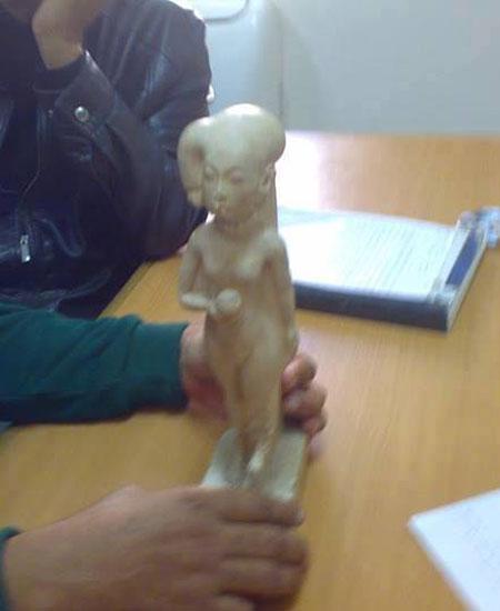 Imagens da estatueta de Ankhesenamon recuperada meses após seu roubo. Disponível em . Acesso em 09 de dezembro de 2013.