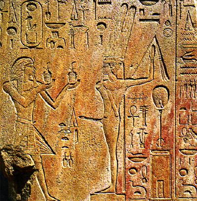 Hatshepsut (esquerda) realizando oferendas para Amon-Min. Foto disponível em: MARIE, Rose; HAGEN, Rainer. Egipto. (Tradução de Maria da Graça Crespo) 1ª Edição. Lisboa: Editora Taschen, 1999.