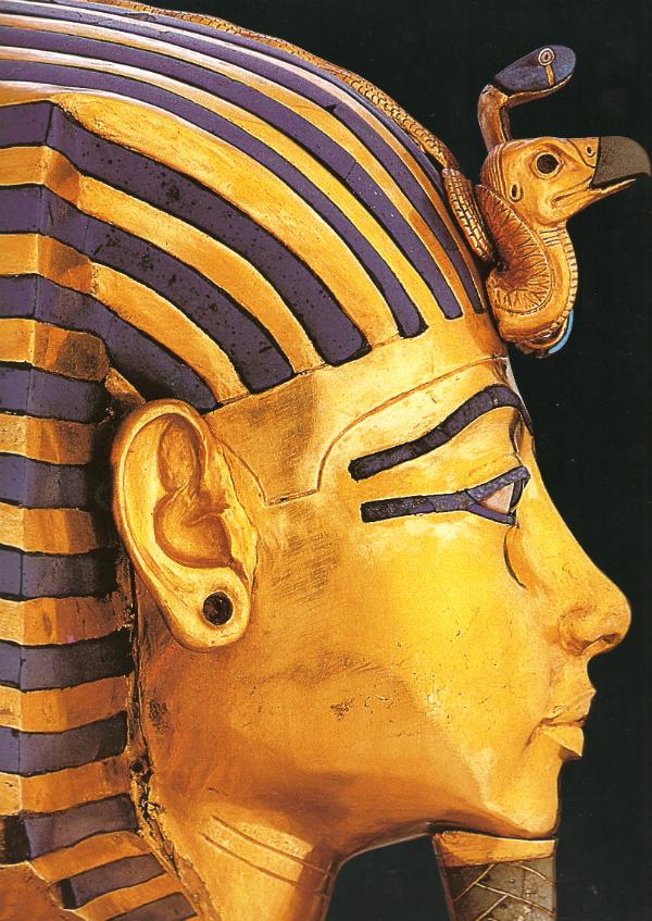 Máscara mortuária de Tutankhamon. Imagem disponível em TIRADRITTI, Francesco. Tesouros do Egito do Museu do Cairo. São Paulo: Manole, 1998. pág 234.