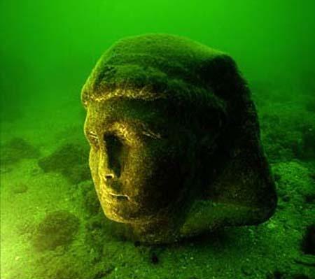 Sítio arqueológico submerso em Alexandria (Egito). Imagem disponível em . Acesso em 21 de setembro de 2013.