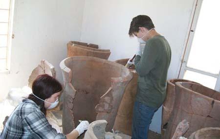 Limpeza de urnas funerárias egípcias. Imagem disponível em . Acesso em 21 de setembro de 2013.