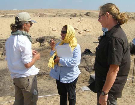 Na ordem: Joanne Rowland, Salima Ikram e Lisa Yeomans. Todas arqueólogas. Imagem disponível em . Acesso em 21 de setembro de 2013.