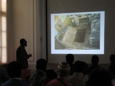 Mohamed Abd el-Maguid em sua palestra acerca das escavações em Alexandria. Imagem disponível em . Acesso em 21 de setembro de 2013.
