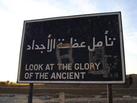"""Placa na cidade de Luxor: """"Olhe para a glória do antigo"""". Past Preservers."""