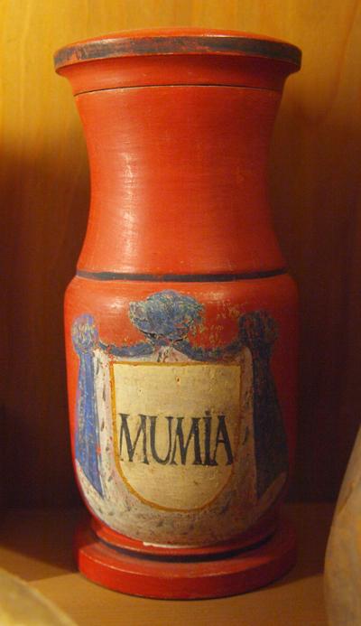 """Pote para armazenar """"Pó de Múmia"""", datado do século 18, pertencente à coleção do Deutschen Apothekenmuseum Heidelberg, Alemanha. Imagem disponível em . Acesso em 03 de janeiro de 2014."""
