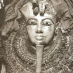 Rosto de um dos ataúdes de Tutankhamon. Fotografia tirada pela a expedição ao Egito realizada pelo o Metropolitan Museum of Art. (Ano desc.)